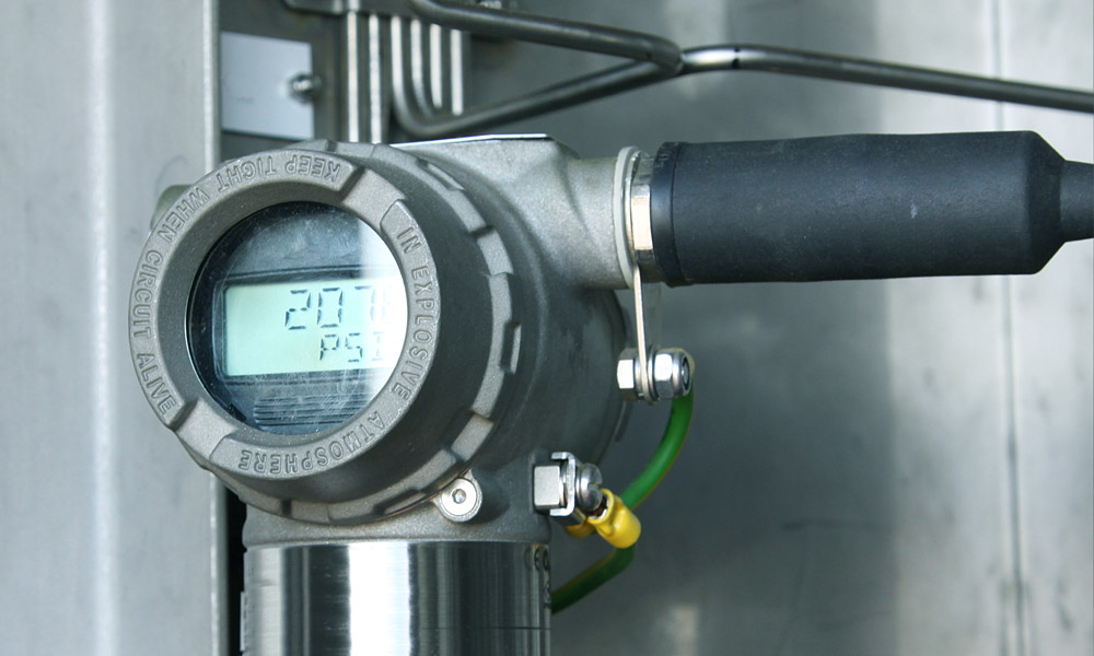 uControl verarbeitet große Datenmengen: Erzeugungsdaten wie beliebige Sensorwerte, wie aus diesem Druckmessumformer im Öl- und Gasprozess. Dieser liest den Druck im System ab und sendet ein Signal an die Steuerung.