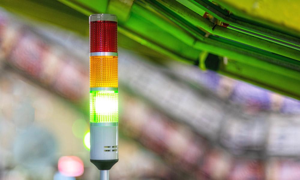 Kontinuierliche Prozesstransparenz durch uControl: Warnleuchte zeigt grünes Licht bei automatisierter Maschinenproduktion in der Fabrik