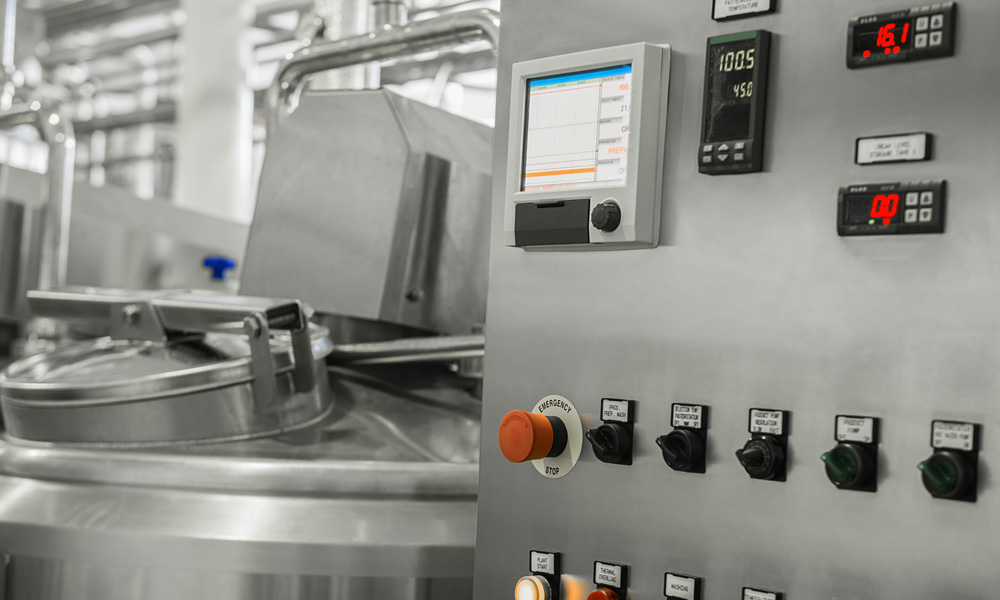 Transparente Visualisierung der Maschinen- und Prozessdaten: elektronische Schalttafel und Tank in einer Milchfabrik. Ausrüstung in der Molkerei.