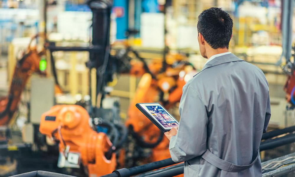 uControl_Produktionscontrolling_predictiveMaintenance_Ingenieur_prueft_automatisierte_Produktion